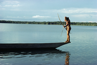 Indian fishing with bow and arrow, Xingu, Amazon region, Brazil, South America 20025349176| 写真素材・ストックフォト・画像・イラスト素材|アマナイメージズ