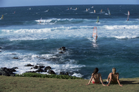 Windsurfing at Kahului Beach, Maui, Hawaii, Hawaiian Islands, Pacific Ocean, United States of America (U.S.A.), North America 20025349343| 写真素材・ストックフォト・画像・イラスト素材|アマナイメージズ