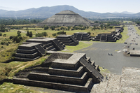 View from Pyramid of the Moon of the Avenue of the Dead and the Pyramid of the Sun in background, Teotihuacan, 150AD to 600AD an 20025349452| 写真素材・ストックフォト・画像・イラスト素材|アマナイメージズ