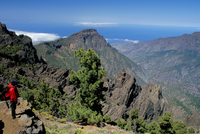 Trekker looking at surrounding landscape, Parque Nacional de la Caldera de Taburiente, La Palma, Canary Islands, Spain, Atlantic 20025349965| 写真素材・ストックフォト・画像・イラスト素材|アマナイメージズ
