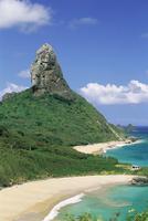 Praia do Conceicao beach and Morro do Pico in the background, Parque Nacional de Fernando de Noronha, Fernando de Noronha, Perna 20025349971| 写真素材・ストックフォト・画像・イラスト素材|アマナイメージズ