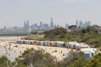 Beach scene with beach huts at Brighton Beach, Brighton, and in background skyscrapers of the city of Melbourne, Victoria, Austr 20025350199| 写真素材・ストックフォト・画像・イラスト素材|アマナイメージズ