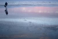 Man walks with laptop to Pacific Ocean, Kalaloch Beach, Olympic National Park, Washington State, United States of America, North 20025350793| 写真素材・ストックフォト・画像・イラスト素材|アマナイメージズ