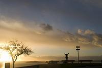Silhouette of girl stretching at sunset, Puget Sound, with Blake Island in distance, Upper Queen Anne, Seattle, Washington. Unit 20025350802| 写真素材・ストックフォト・画像・イラスト素材|アマナイメージズ