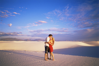Couple kissing, White Sands National Monument, New Mexico, United States of America, North America 20025350807| 写真素材・ストックフォト・画像・イラスト素材|アマナイメージズ