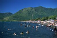 Summer crowds enjoy warm water, Lake Villarica, Lake District, Chile, South America 20025350826| 写真素材・ストックフォト・画像・イラスト素材|アマナイメージズ