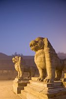 Stone lions, Durbar Square, Bhaktapur, Kathmandu valley, Nepal. Foggy winter dawn, november 2005. 20025350894| 写真素材・ストックフォト・画像・イラスト素材|アマナイメージズ