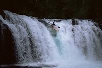 Leona Falls and kayaker, Neltume, Chile, South American 20025350974| 写真素材・ストックフォト・画像・イラスト素材|アマナイメージズ