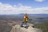 Female hiker at The Balconies, The Grampians National Park, Victoria, Australia, Pacific 20025351091| 写真素材・ストックフォト・画像・イラスト素材|アマナイメージズ