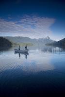 Fishermen, Lago Espejo, Siete Lagos region, Nahuel Huapi National Park, Argentina, South America 20025351139| 写真素材・ストックフォト・画像・イラスト素材|アマナイメージズ