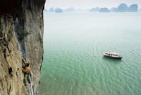 Rock climber, Halong Bay (Ha-Long Bay) (Ha Long Bay), UNESCO World Heritage Site, Vietnam, South China Sea, Indochina, Southeast 20025351160| 写真素材・ストックフォト・画像・イラスト素材|アマナイメージズ