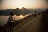 Cyclists, Cuc Phuong region, Vietnam, Indochina, Southeast Asia, Asia 20025351208| 写真素材・ストックフォト・画像・イラスト素材|アマナイメージズ