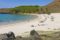Anakena beach, the Island's white sand beach fringed by palm trees, Rapa Nui (Easter Island), Chile, South America 20025351902| 写真素材・ストックフォト・画像・イラスト素材|アマナイメージズ