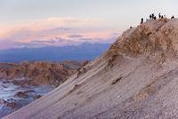 Tourists waiting to watch the full moon rise over the Valle de la Luna (Valley of the Moon), Atacama Desert, Norte Grande, Chile 20025351916| 写真素材・ストックフォト・画像・イラスト素材|アマナイメージズ