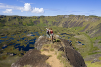 Tourists looking into the crater and view from the rim into the crater of Ranu Kau, Rapa Nui (Easter Island), Chile, South Ameri 20025351926| 写真素材・ストックフォト・画像・イラスト素材|アマナイメージズ