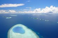 Aerial view of islands in Baa atoll, Maldives, Indian Ocean, Asia 20025351979| 写真素材・ストックフォト・画像・イラスト素材|アマナイメージズ