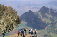Tourists trekking, Simien Mountains National Park, UNESCO World Heritage Site, Ethiopia, Africa 20025354498| 写真素材・ストックフォト・画像・イラスト素材|アマナイメージズ