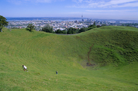 Crater of Mount Eden with city beyond, Auckland, Central Auckland, North Island, New Zealand, Pacific 20025354711| 写真素材・ストックフォト・画像・イラスト素材|アマナイメージズ