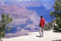 Tourist admiring the view from the South Rim, near Yavapai Point, Grand Canyon National Park, UNESCO World Heritage Site, Arizon 20025354881| 写真素材・ストックフォト・画像・イラスト素材|アマナイメージズ