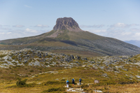 Hikers walking towards Barn Bluff on the overland track in Cradle Mountain Lake St. Clair National Park, part of Tasmanian Wilde 20025358401| 写真素材・ストックフォト・画像・イラスト素材|アマナイメージズ