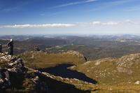 Black Bluff mountain tarn and hiker looking at view, Tasmania, Australia, Pacific 20025358404| 写真素材・ストックフォト・画像・イラスト素材|アマナイメージズ