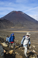 Hikers in front of Mount Ngauruhoe, 2287m, on the Tongariro Crossing, Tongariro National Park, the oldest national park in the c 20025358425| 写真素材・ストックフォト・画像・イラスト素材|アマナイメージズ