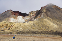 Hikers at Red Crater on the Tongariro Crossing, Tongariro National Park, the oldest national park in the country, UNESCO World H 20025358426| 写真素材・ストックフォト・画像・イラスト素材|アマナイメージズ