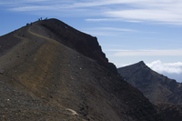 Hikers nearing the peak of Red Crater on the Tongariro Crossing, Tongariro National Park, UNESCO World Heritage Site, Taupo Volc 20025358428| 写真素材・ストックフォト・画像・イラスト素材|アマナイメージズ