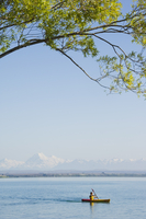 Kayaking on Lake Benmore with Aoraki (Mount Cook), 3754m, Australasia's highest mountain, in the distance, Mackenzie Country, So 20025358433| 写真素材・ストックフォト・画像・イラスト素材|アマナイメージズ