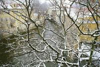 Snow-covered Certovka Channel at Kampa, Mala Strana, Prague, Czech Republic, Europe 20025358716  写真素材・ストックフォト・画像・イラスト素材 アマナイメージズ