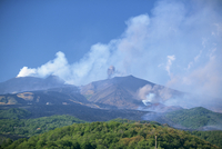 Eruptions at the Monti Calcarazzi fissure and the Piano del lago cone on Etna, that threatened tourist facilies and village in 2 20025360659| 写真素材・ストックフォト・画像・イラスト素材|アマナイメージズ