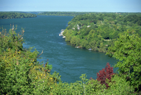 The Niagara River flowing between lakes Erie and Ontario seen from Queenstown Heights, Ontario, Canada, North America 20025360732| 写真素材・ストックフォト・画像・イラスト素材|アマナイメージズ