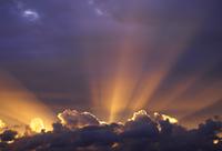 Sun beams through stormy sky, Sydney, New South Wales, Australia, Pacific 20025361218| 写真素材・ストックフォト・画像・イラスト素材|アマナイメージズ