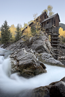 Crystal Mill with aspens in fall colors, Crystal, Colorado, United States of America, North America 20025361384| 写真素材・ストックフォト・画像・イラスト素材|アマナイメージズ