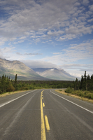 Road and Dalton Range, Kluane National Park and Reserve, Yukon Territory, Canada, North America 20025361698| 写真素材・ストックフォト・画像・イラスト素材|アマナイメージズ