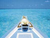 Woman relaxing on deck of boat, Maldives, Indian Ocean, Asia 20025361778| 写真素材・ストックフォト・画像・イラスト素材|アマナイメージズ