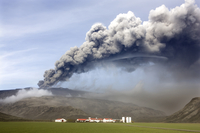 Farm buildings and green fields with the ash plume of the Eyjafjallajokull eruption in the distance, near Hella, southern area, 20025362223| 写真素材・ストックフォト・画像・イラスト素材|アマナイメージズ