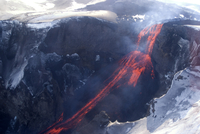 Lava flowing down mountain from Eyjafjallajokull volcano, Iceland, Polar Regions 20025362275| 写真素材・ストックフォト・画像・イラスト素材|アマナイメージズ