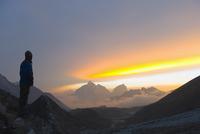 Trekker watching the sunset over Cholatse, 6335m, Solu Khumbu Everest Region, Sagarmatha National Park, Himalayas, Nepal, Asia 20025362325| 写真素材・ストックフォト・画像・イラスト素材|アマナイメージズ