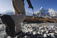 Trekker crossing a mountain stream, Ama Dablam, 6812m, Solu Khumbu Everest Region, Sagarmatha National Park, Himalayas, Nepal, A 20025362329| 写真素材・ストックフォト・画像・イラスト素材|アマナイメージズ