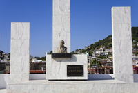 Bust of Benito Juarez in the Civic Plaza, Old Town Acapulco, State of Guerrero, Mexico, North America 20025362987| 写真素材・ストックフォト・画像・イラスト素材|アマナイメージズ