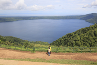Laguna de Apoyo, a 200 meter deep volcanic crater lake set in a nature reserve, Catarina, Nicaragua, Central America 20025363207| 写真素材・ストックフォト・画像・イラスト素材|アマナイメージズ