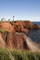 Lighthouse on a cliff overlooking a sandy beach on Havre-Aubert Island in the Iles de la Madeleine (Magdalen Islands), Quebec, C 20025363530| 写真素材・ストックフォト・画像・イラスト素材|アマナイメージズ