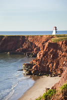 Lighthouse on a cliff overlooking a sandy beach on Havre-Aubert Island in the Iles de la Madeleine (Magdalen Islands), Quebec, C 20025363531| 写真素材・ストックフォト・画像・イラスト素材|アマナイメージズ