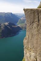 Man sitting on Preikestolen (Pulpit Rock) above fjord, Lysefjord, Norway, Scandinavia, Europe 20025363789| 写真素材・ストックフォト・画像・イラスト素材|アマナイメージズ