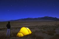 Hiker and tent illuminated under the night sky, Great Sand Dunes National Park, Colorado, United States of America, North Americ 20025363850| 写真素材・ストックフォト・画像・イラスト素材|アマナイメージズ