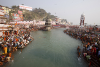 Thousands of devotees converge to take a dip in the River Ganges at Navsamvatsar, a Hindu holiday during the Maha Kumbh Mela fes 20025364706| 写真素材・ストックフォト・画像・イラスト素材|アマナイメージズ