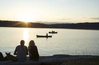 Silhouette of couple with dog watching sunset at Lisabeula Beach, Vashon Island, Washington State, United States of America, Nor 20025365688| 写真素材・ストックフォト・画像・イラスト素材|アマナイメージズ