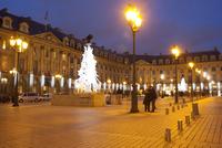 Place Vendome at Christmas time, Paris, France, Europe 20025366083| 写真素材・ストックフォト・画像・イラスト素材|アマナイメージズ