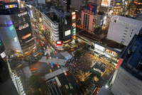 Crowds crossing the famous Shibuya Crossing crosswalks at the centre of Shibuya's fashionable shopping and entertainment distric 20025366088| 写真素材・ストックフォト・画像・イラスト素材|アマナイメージズ